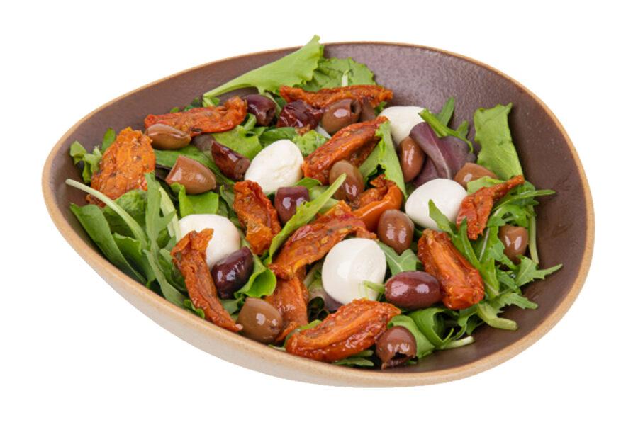 Insalata con pomodori secchi, olive leccino e mozzarelline